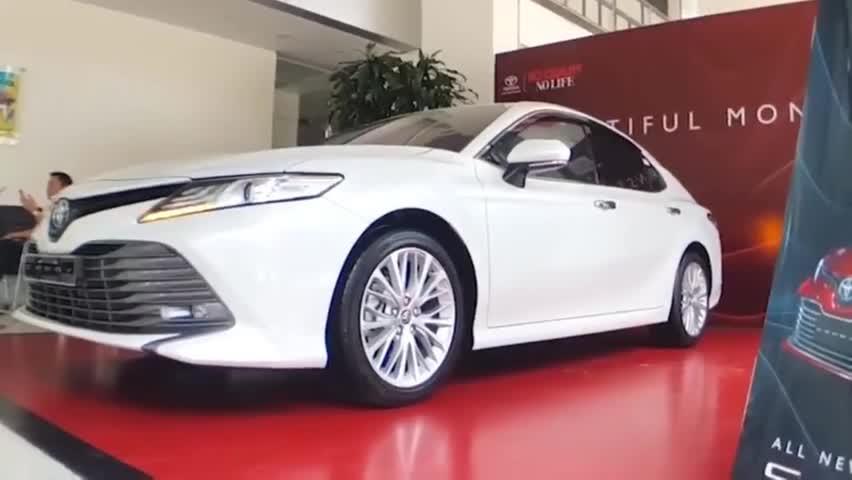 视频:2020款丰田凯美瑞到店,坐进驾驶舱那刻,霸气一幕上演了