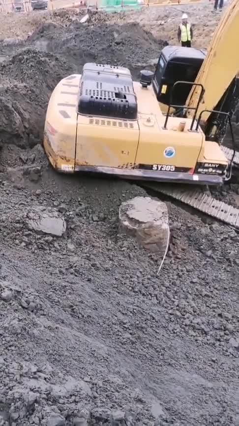 这个挖机师傅不能再要了,刚来第一天就把车碰了