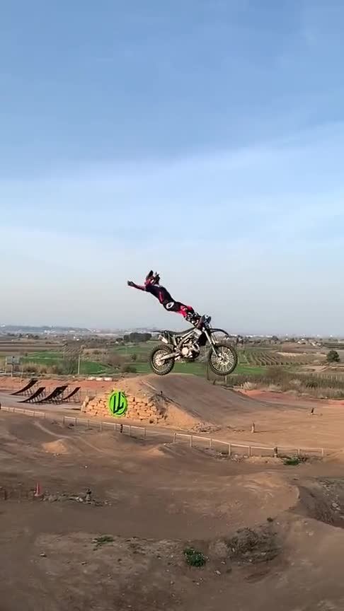 你见过飞上天的摩托车吗?这操作真的绝!