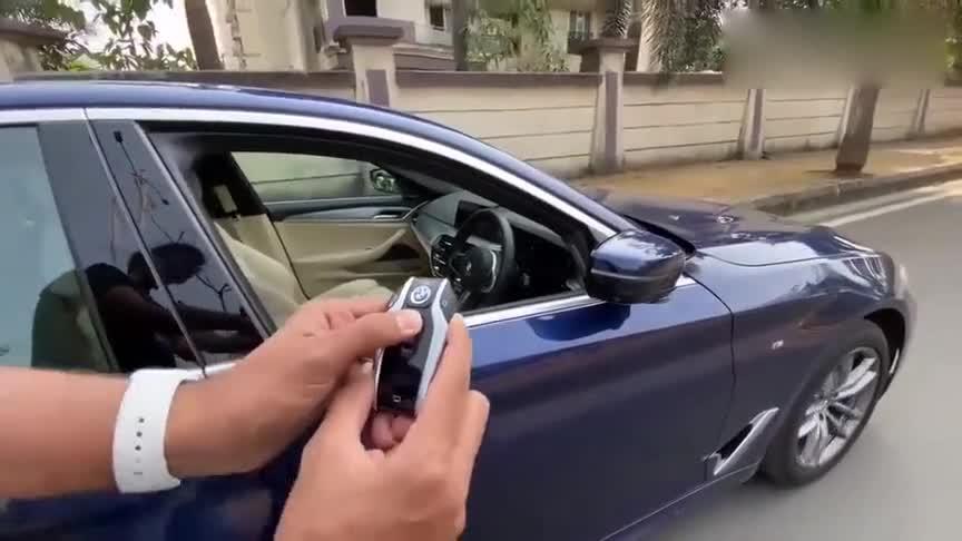视频:2020款宝马5系530i,按住钥匙不松手