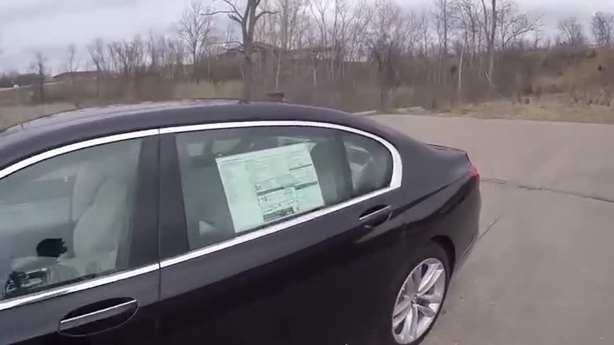 视频:老板座驾宝马7系,坐进车里瞬间感觉就是不一样,真是太豪华了