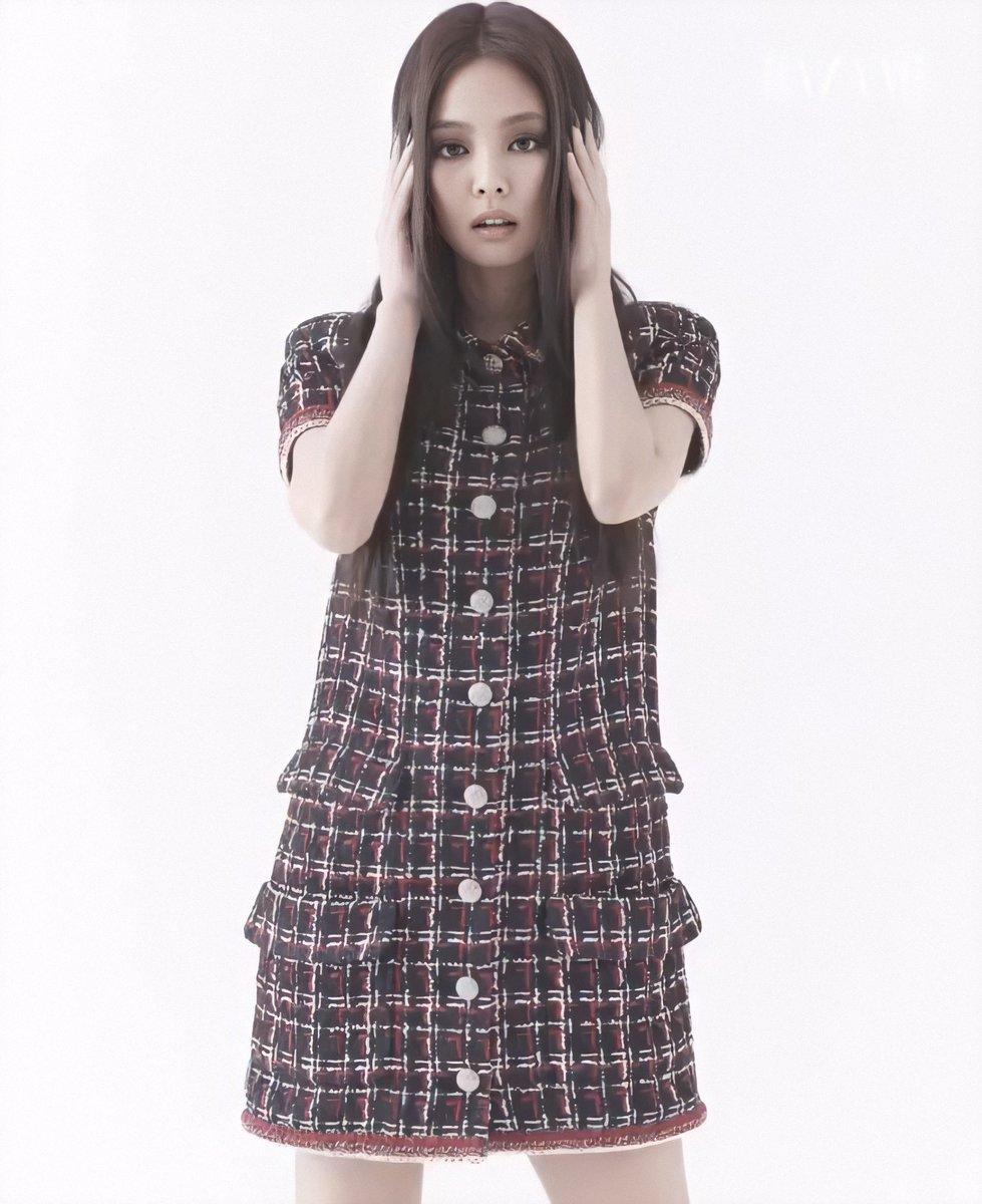 最新一期《时尚芭莎》 BLACKPINK的金智妮看上去很性感