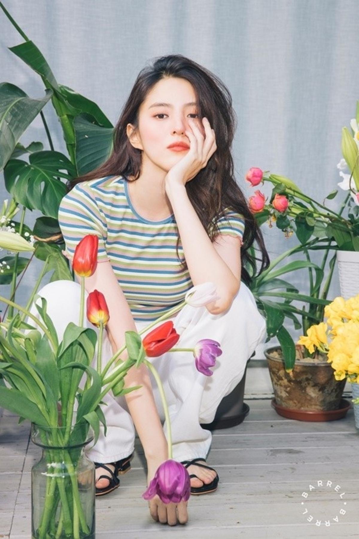 韩素希公开2020年春夏季节写真 比花更耀眼的美貌