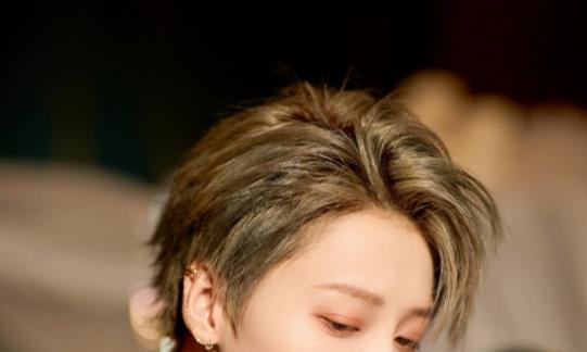 有种合格女爱豆叫刘雨昕,她和范丞丞坐一起时,堪称避嫌标本!