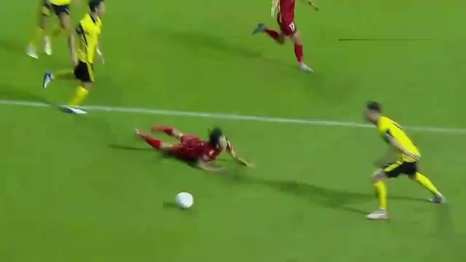 世界杯预选赛:越南队球员被空气绊倒,骗点球绝杀,马来西亚真冤