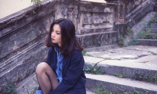 """51岁王菲拍片真时髦,穿""""油漆""""裙秀蜂腰,戴14个圆环不嫌累"""
