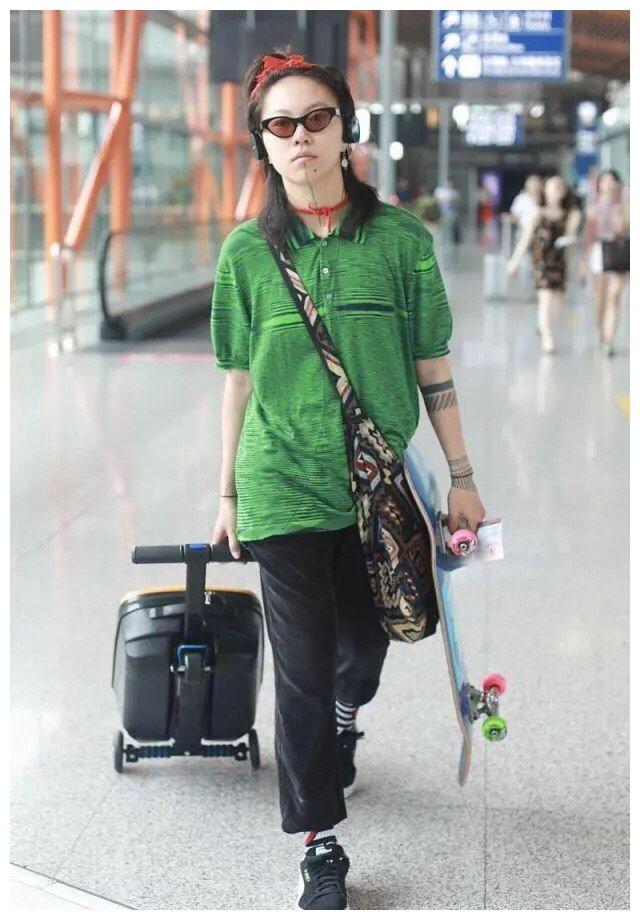 窦靖童用红绳扎朝天揪身穿绿衬衫脖子还系根红绳这波时尚真看不懂
