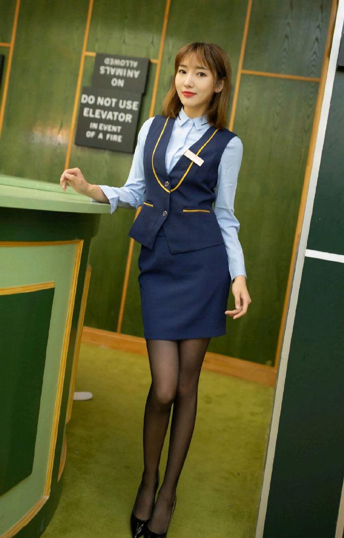 穿制服的美女,美丽中带点性感。