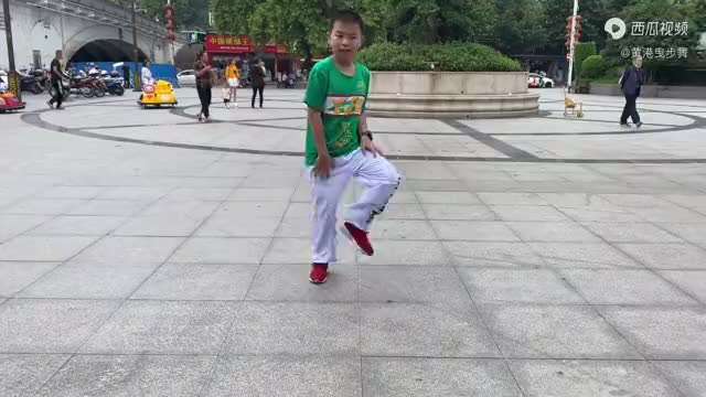 7岁小男孩跟妈妈学鬼步舞,小不点跳的比妈妈还要好,要火啊!