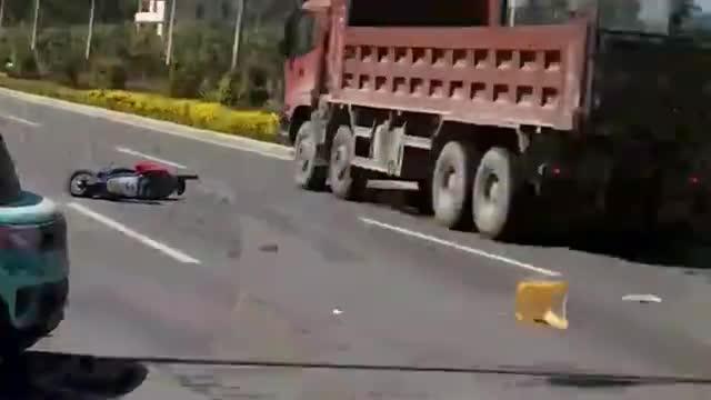 男孩撞倒老人,在路边紧急救援,监控拍下全过程