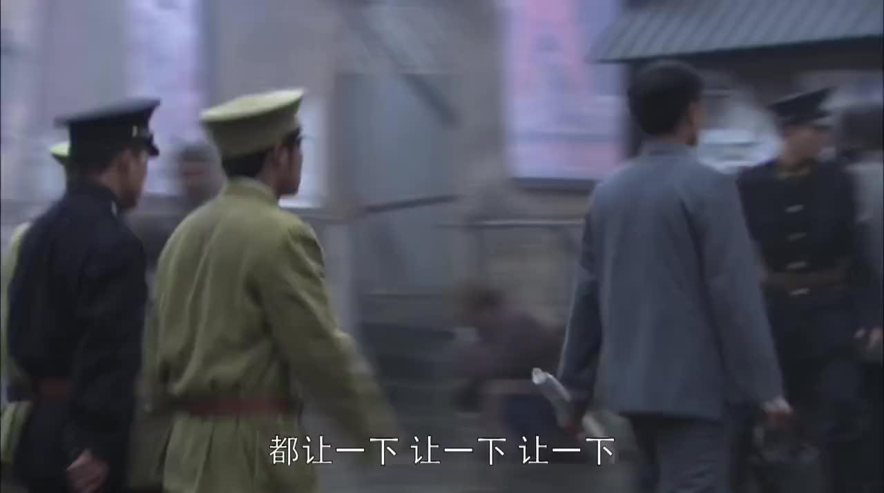战长沙:士兵们清理废墟,听到砖头下有声音,原来是薛君山在求救