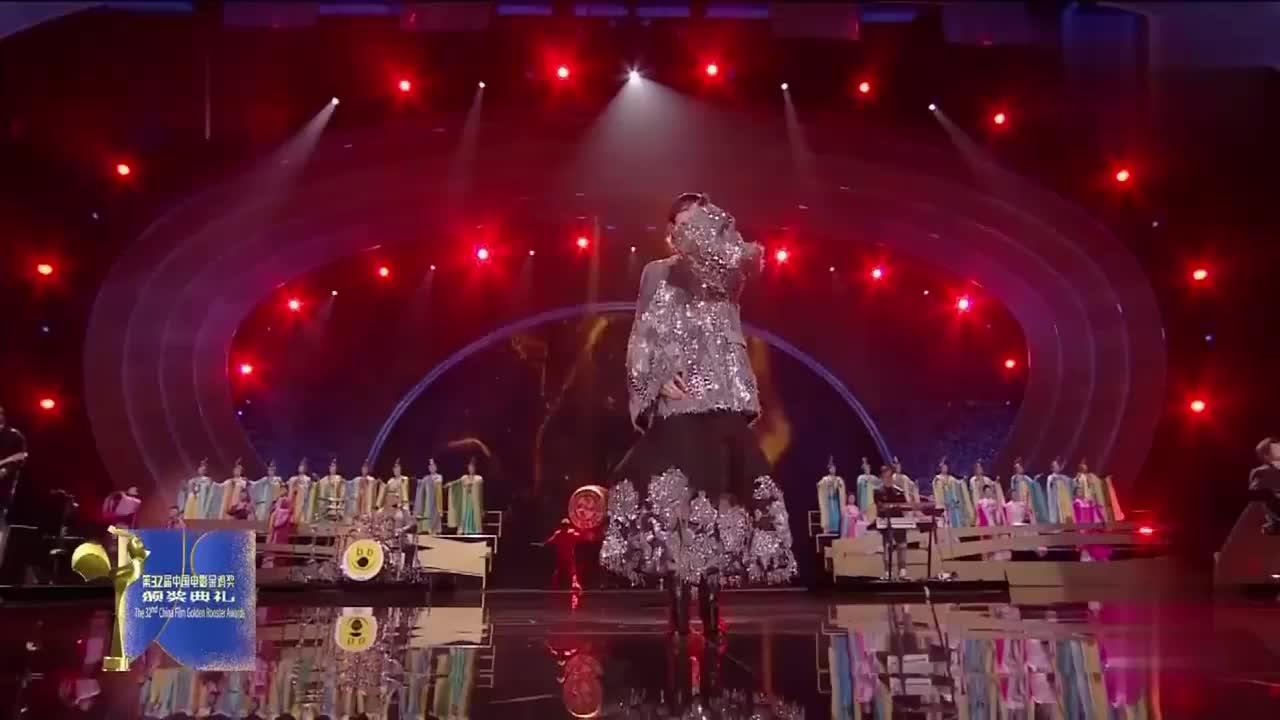 李宇春演唱哪吒歌倒是不难听只是这一身衣服一言难尽啊