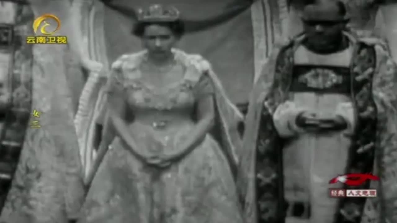 伊丽莎白二世加冕现场画面,因为紧张,她还遗漏了一个礼仪