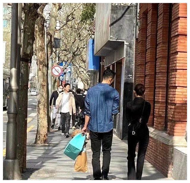 网友偶遇王子文和吴永恩逛街,男方贴心提包好似小跟班