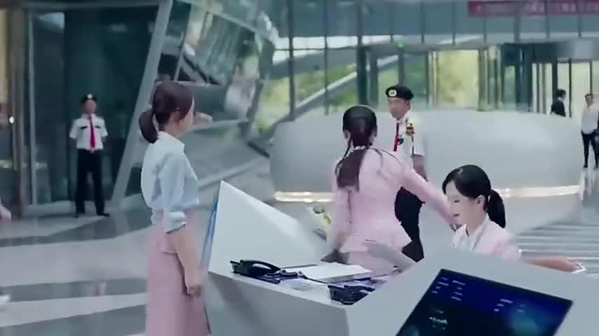 灰姑娘追求者太多,霸道总裁吃飞醋,电梯里警告:我的女人谁敢动