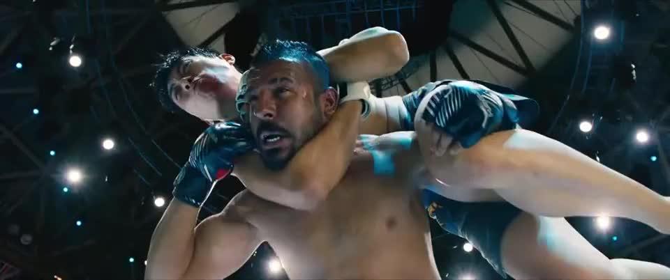 小混混敢挑衅职业拳击手,自找麻烦,活得不耐烦了