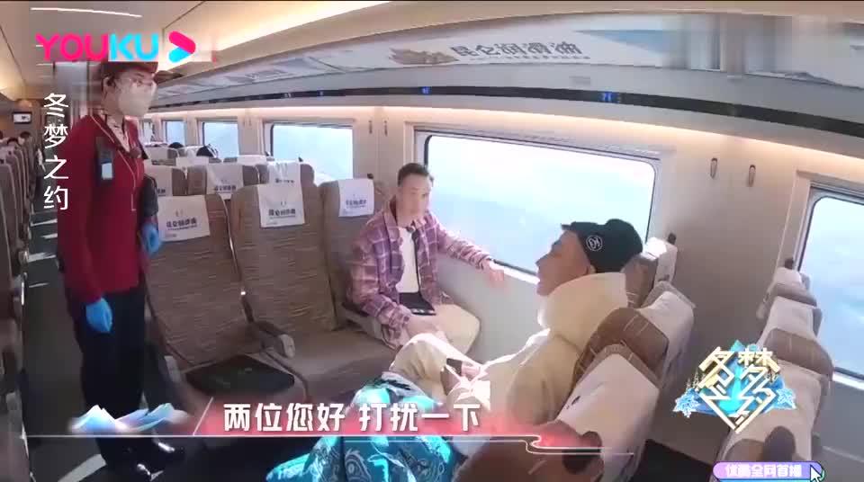 陈伟霆领略京张高铁的魅力,遇到滑雪的小女孩,陈伟霆趁机调侃