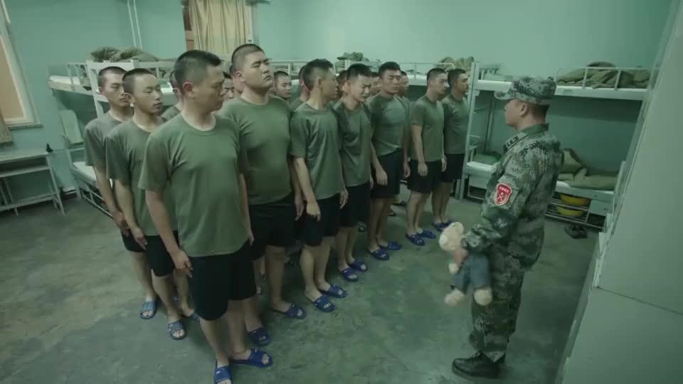 新兵蛋子适应不了军营生活,离不开玩偶熊,被教官一顿狠批!