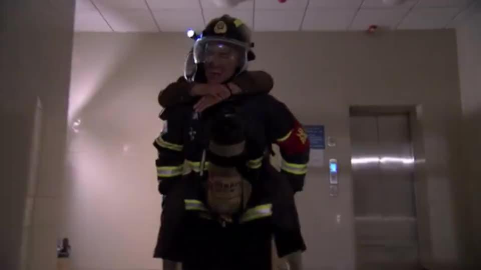 消防员背大爷出来了,大妈激动的不得了,直接给消防员跪下致谢