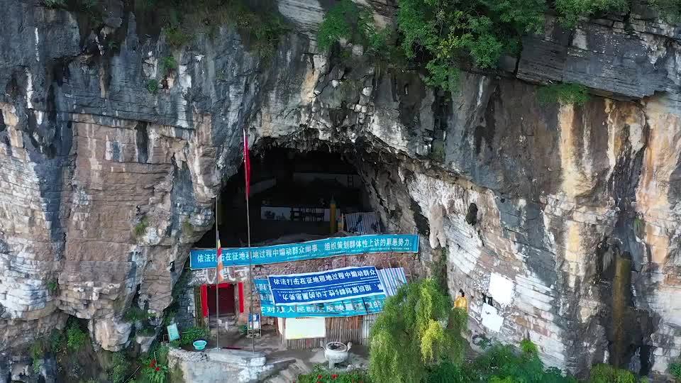 贵州一山洞发现神秘古建筑,门口还挂满横幅,这是什么单位?