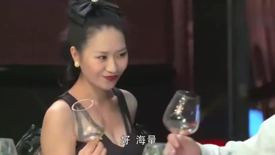 女秘书不但酒量好,人情世故懂得也多,老总动心了