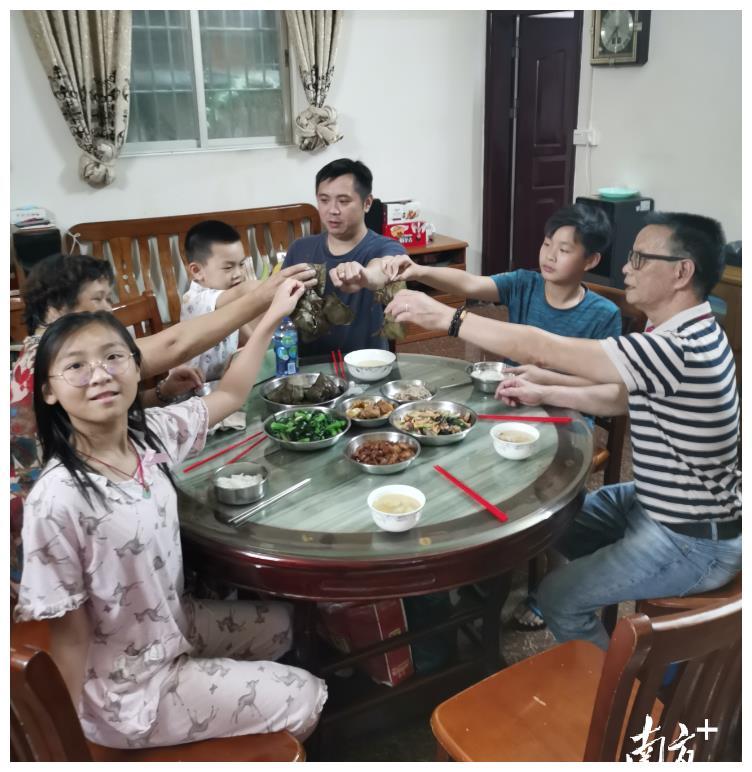 芳村封闭区志愿者:一天接打电话上千次,只为派送粽子到村民手中