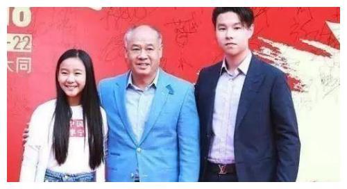 体操王子李宁现状:儿子帅气女儿可爱,本人却面容苍如老头