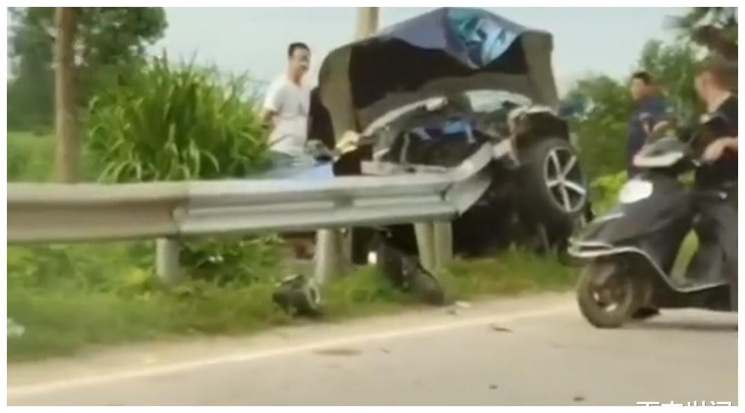 岳阳敞篷宝马飞速撞上金属护栏,驾驶室被护栏刺穿,车主当场身亡