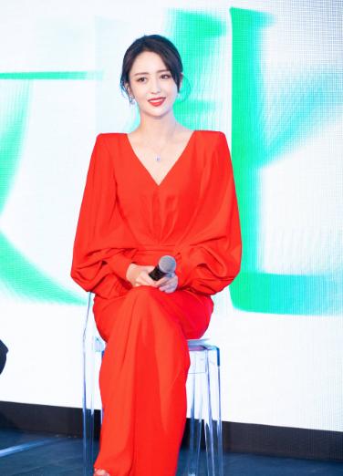 佟丽娅身穿一袭中国红长裙亮相活动