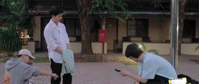 刘昊然拿虫吓王俊凯,小凯举动太反常,网友:怕虫经历是假的?