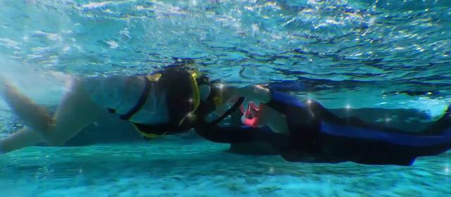 董璇母女泳装曝光:两人在水下接吻,大秀泳技