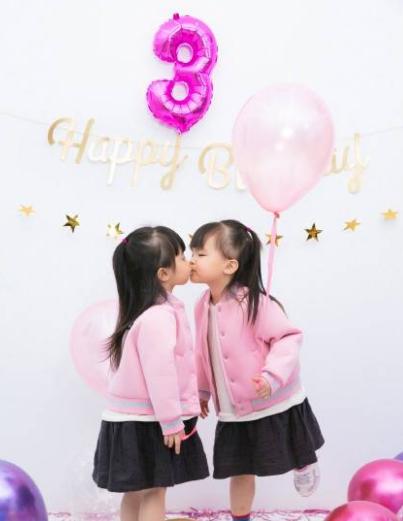 熊黛林晒双胞胎女儿近照,画面有爱。
