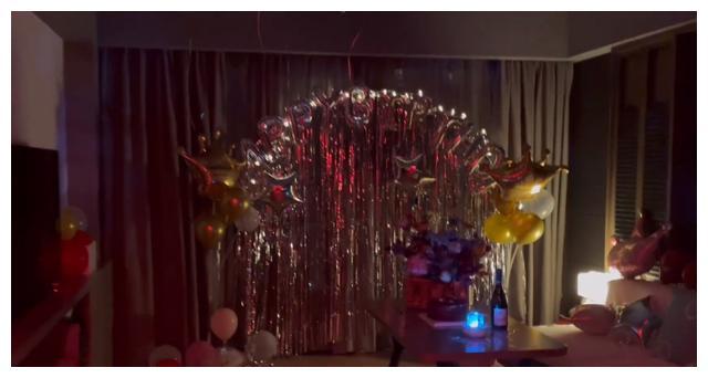 50岁闫妮办庆生会,素颜满脸通红眼神迷离,昏暗房间铺一地气球