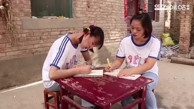 """妈妈用蔬菜汁自制凉皮,""""七彩凉皮卷""""姐妹俩一口一个!"""