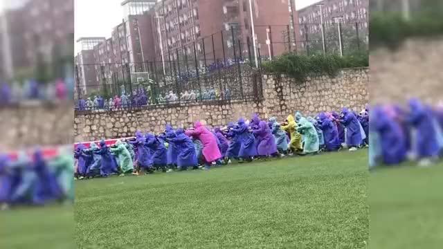 贵阳一学校新生雨天穿雨衣军训,画风突变:悄悄进村,打枪的不要