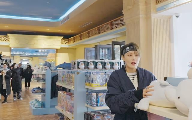张馨予逛玩具店,谁注意身后张柏芝在干嘛?这才是妈妈该有的样子