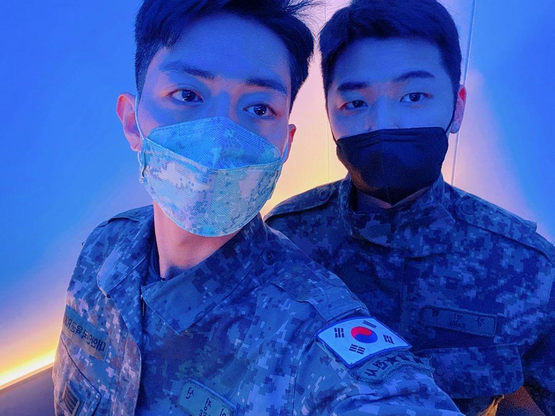 CNBLUE李正信&姜敏赫即将退伍的照片公开 与郑容和等人对话成为话题