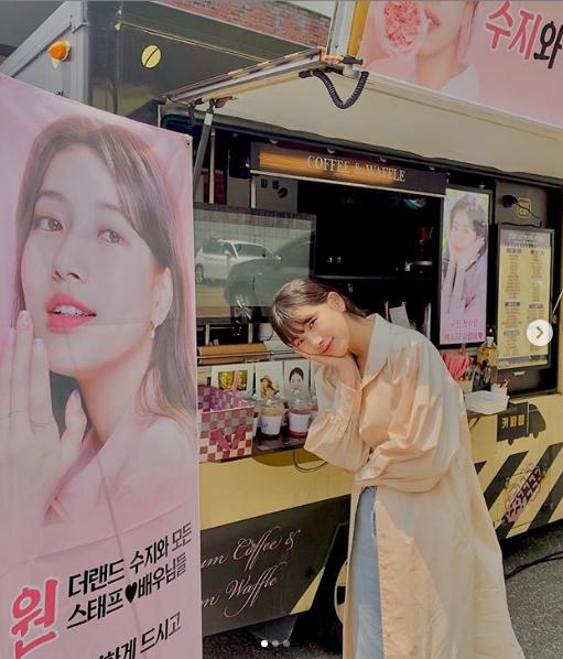 裴秀智与赠送咖啡车合影 在《仙境》片场可爱笑容迷人