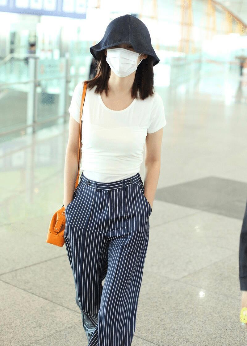 李沁简约穿搭现身机场,白T恤配高腰条纹裤,低调却十分有范