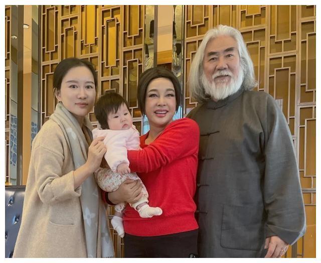 刘晓庆秘会张纪中疑有戏,曾被老公狂追30年终牵手,幸福可期?