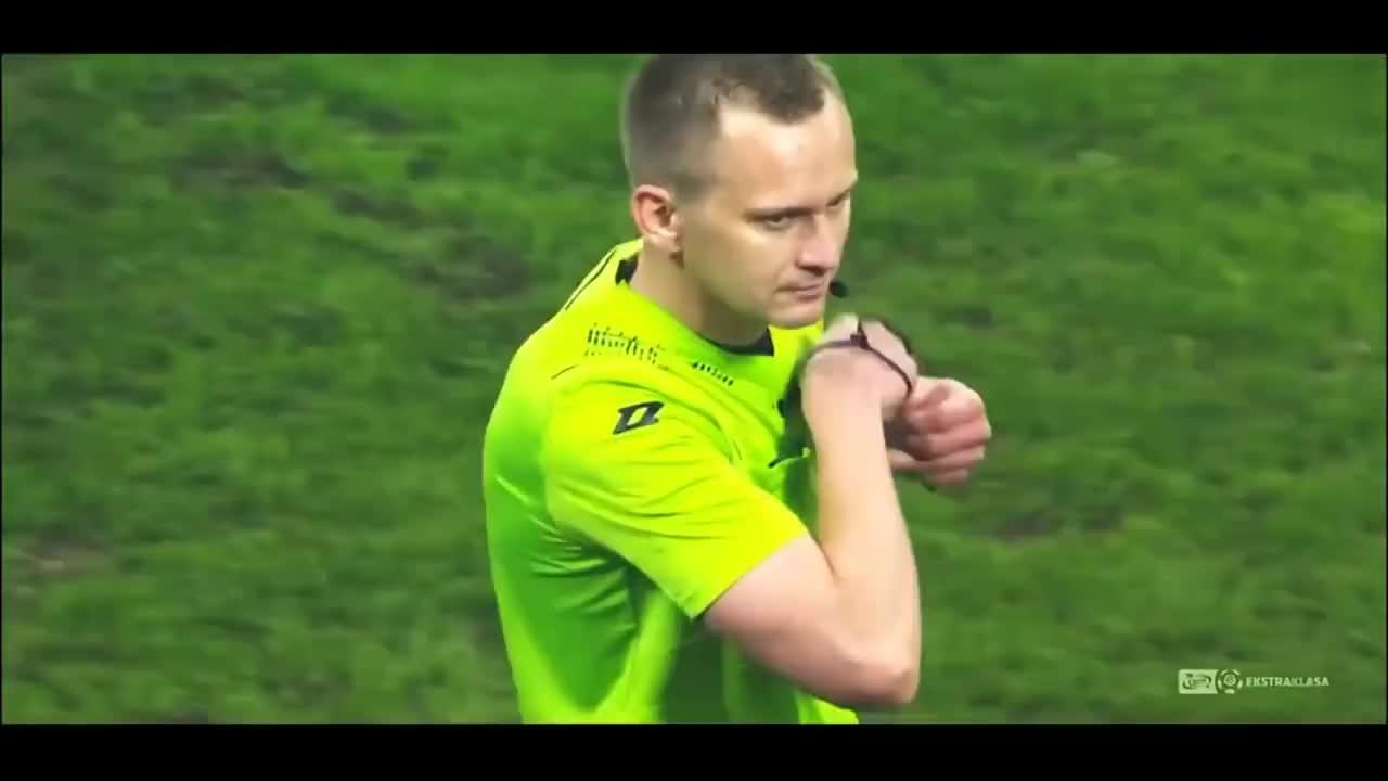 足球场上的另类时刻,硬生生的把紧张的比赛踢得这么有趣