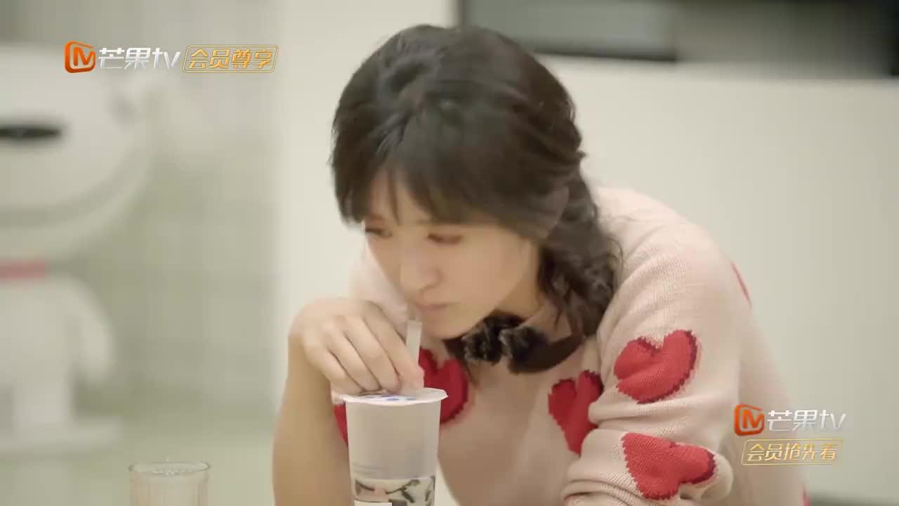 谢娜预告明天节目,何炅调侃:你将成为广播第一人!周震南笑疯了