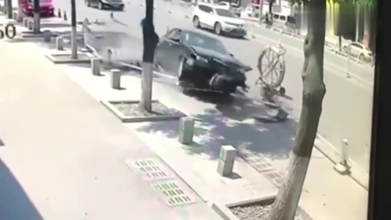 四人正在施工,不料一个宝马车突然撞过来,结果不敢睁眼