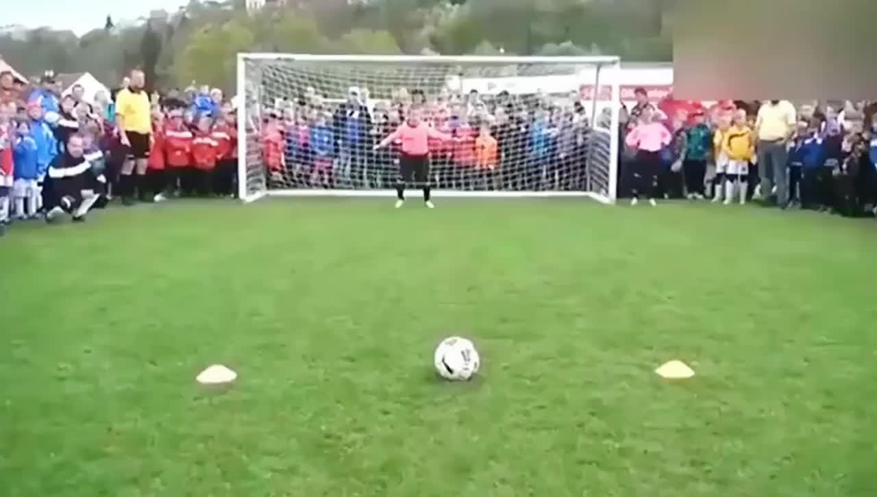 小学生点球大战 全镇的人来加油助威 看我们的足球环境差距太明显
