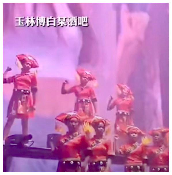"""<b>快三彩票官网:在广西博白的一家酒吧里 一群女演员穿着""""壮装""""热舞 专家:合适吗?</b>"""