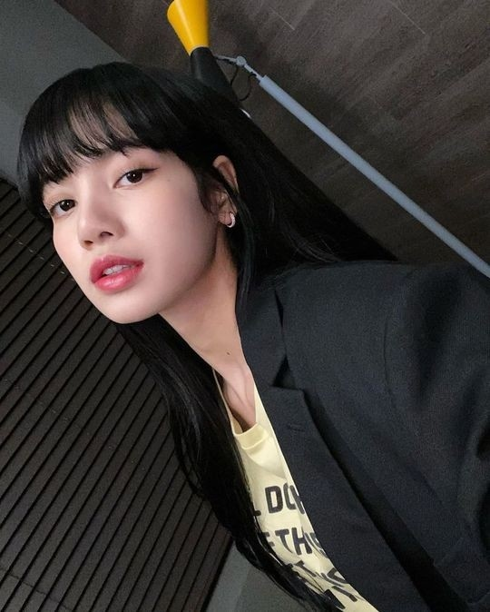 BLACKPINK Lisa公开充满酷炫魅力的近况照片 迷人的美貌