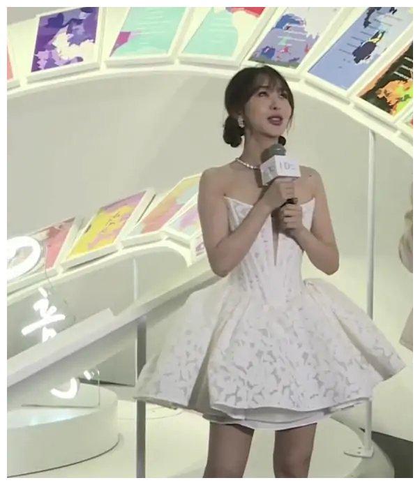 时尚穿搭,打扮真少女,白色的抹胸连衣裙性感时髦
