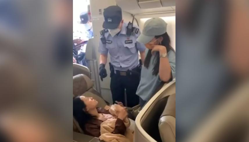 女大学生搭机硬闯商务舱…「横躺当床睡」飙骂空姐!超惨下场出炉