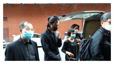 吴孟达葬礼现场曝光,18岁儿子低头一言不发,黑眼圈浓重难掩悲痛