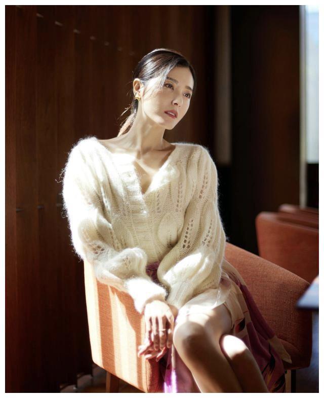 时尚穿搭,穿白色针织衫搭配玫红色的薄纱半身裙温柔低调